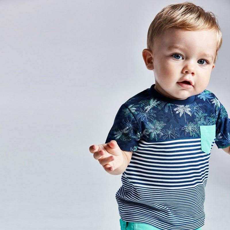 Camiseta de manga corta para bebé niño de 6 a 36 meses. Cuello redondo. Modelo de corte recto. Cierre con botones a presión en el hombro para facilitar la puesta de la prenda. Cómodo tejido de punto. Bolsillo funcional en la parte delantera. Prenda con diferentes estampados en la parte delantera y trasera.