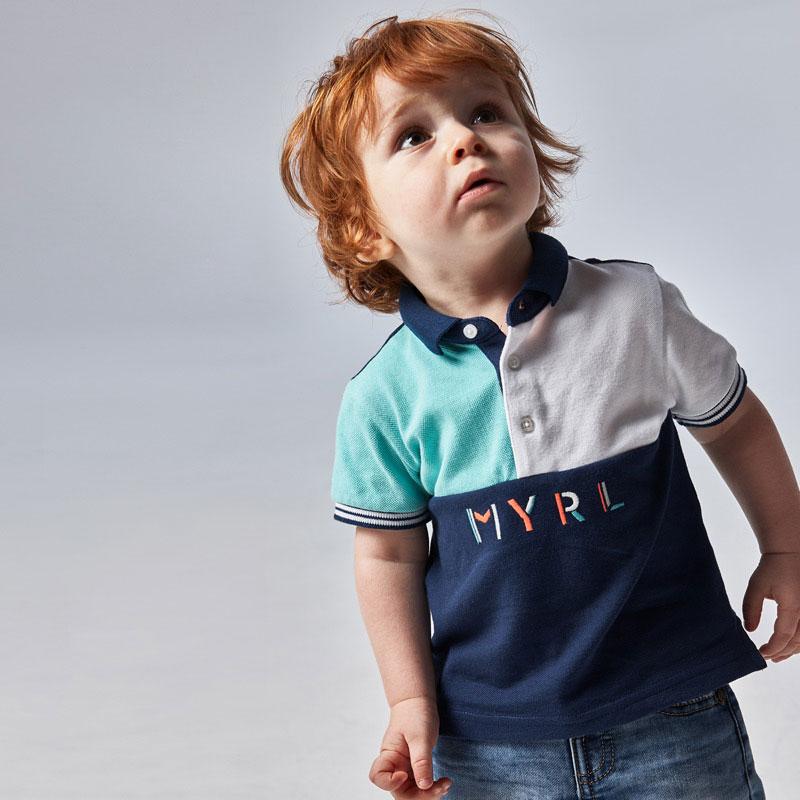 Polo de manga corta para bebé niño de 6 a 36 meses con detalles a contraste. Cuello de polo con detalles en distinto color. Cierre con botones en el cuello para facilitar el ajuste. Suave tejido de algodón elástico.