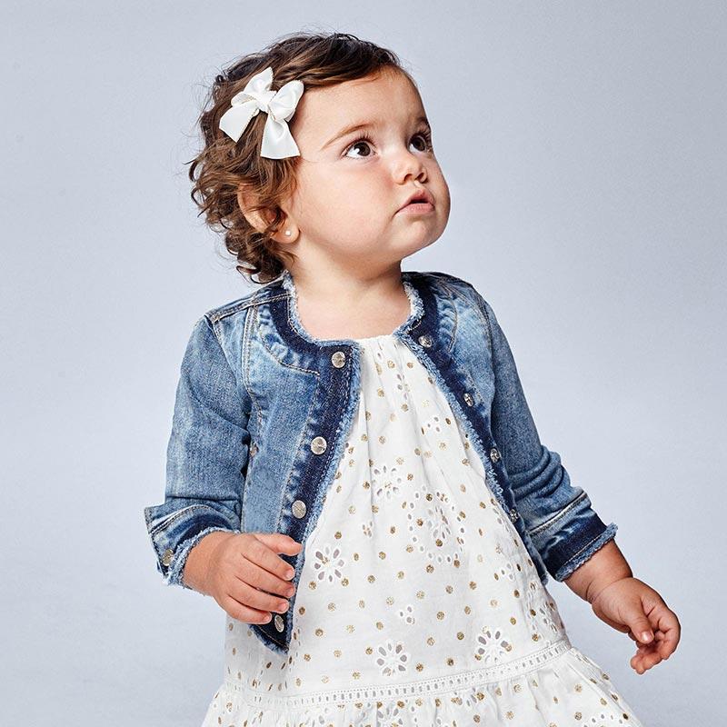 Cazadora de manga larga para bebé niña de 6 a 36 meses. Cuello redondo con detalles a contraste. Cierre con botones en la parte delantera. Tejido vaquero cómodo y combinable para los looks diarios. Bajo con detalles de color a contraste. Elementos de adorno: bordados.