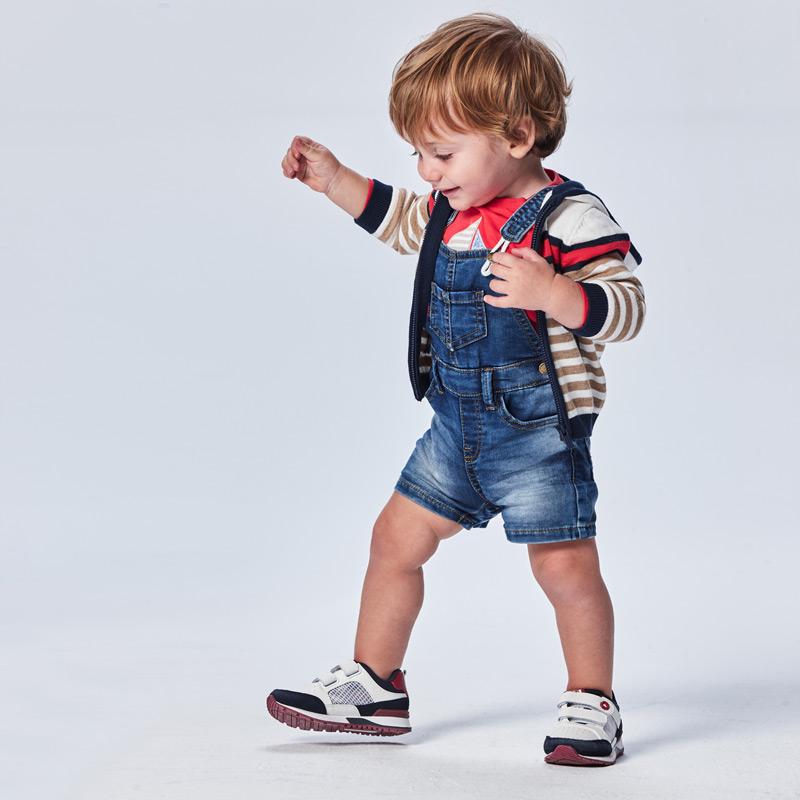 Peto soft denim Ecofriends bebé niño. Prenda ECOFRIENDS contiene algodón orgánico Diseño con tirantes. Cierre con botones a presión.