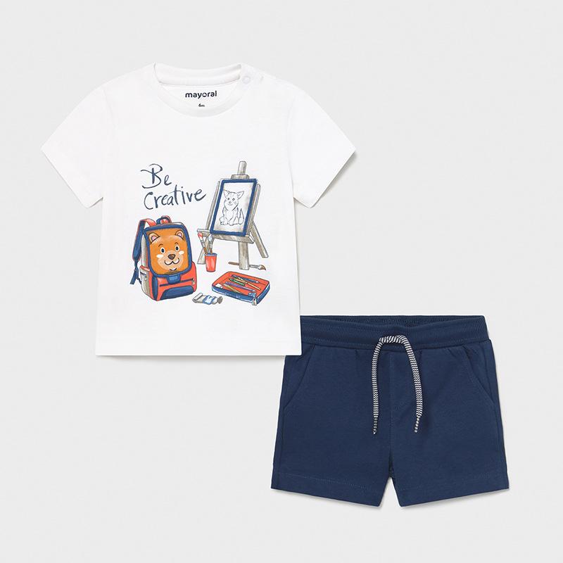 Camiseta blanca con detalle gracioso, con pestañita en mochila con velcro. Bermuda marino con cintura de goma. Muy cómodo.