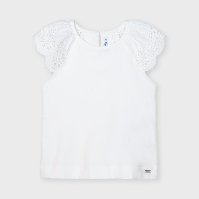 Camiseta tirantes puntilla blanca Mayoral, ideales para completar cualquier conjunto. Pequeña abertura en la espalda con cierre de botón.