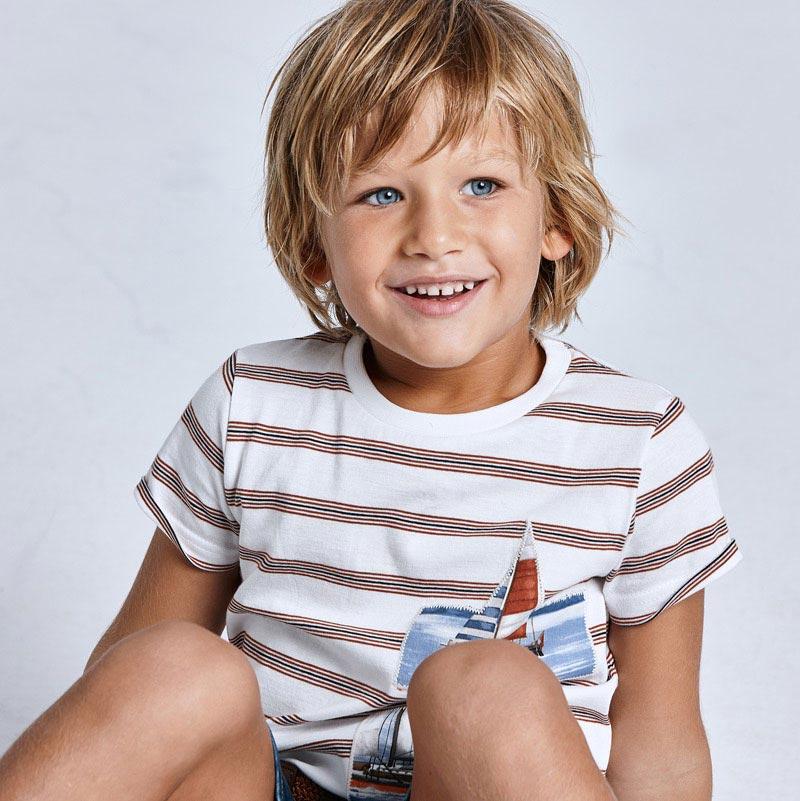 Camiseta rayas Ecofriends niño camel. Prenda ECOFRIEND 100% algodón sostenible. Rayas camel con motivo serigrafía lateral.