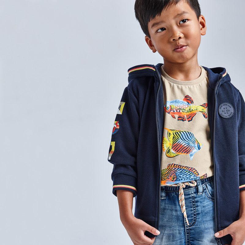 Camiseta manga corta peces niño. Tejido 100% algodón. Serigrafía de peces de colores delante. Color sesámo, disponible en más colores.