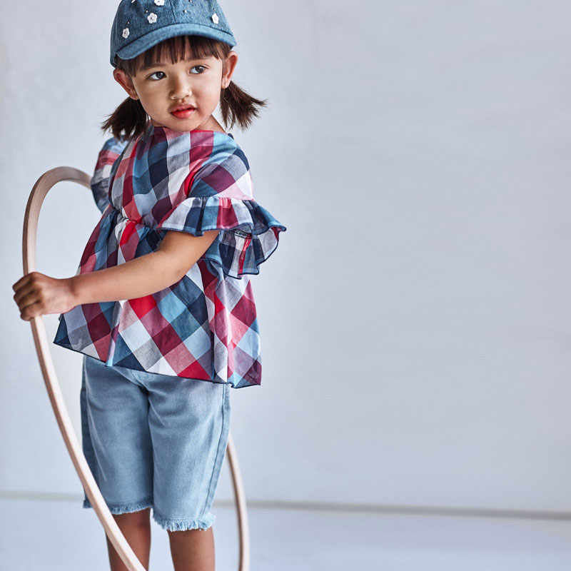 Pantalón ciclista sarga Mayoral. Pantalón de tipo bermuda para niña de 2 a 9 años. Cintura con goma elástica y cierre con cremallera y botón.