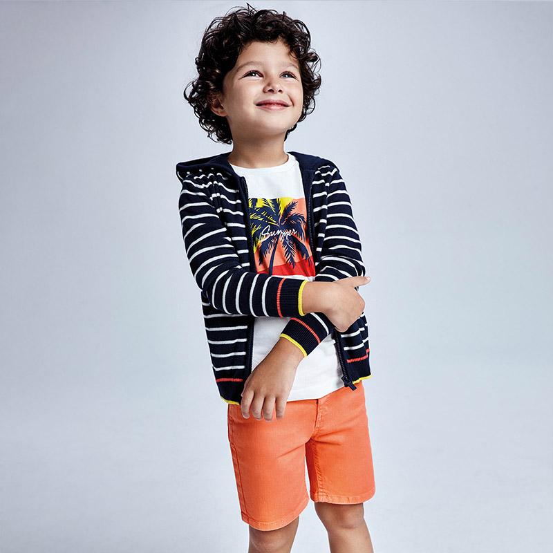 Bermuda sarga tejanera niño apricot. Cintura con goma elástica y cierre con botón a presión. Suave tejido de algodón elástico.