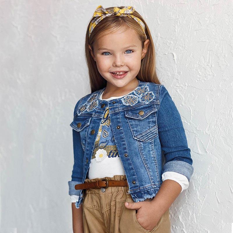 Cazadora vaquera apliques niña Mayoral. Diseño con volante decorativo en el bajo de la prenda. Elementos de adorno: bordados delante.