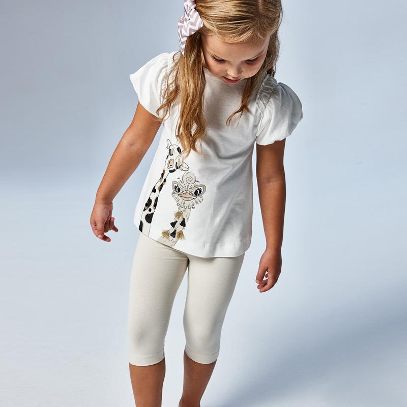 Conjunto de algodón Mayoral. Camiseta manga abullonada blanca con dibujo de jirafas. Leggings pirata beig clarito con hilo dorado.