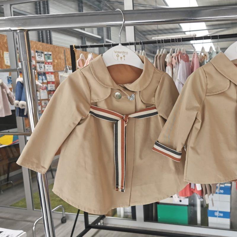 Bonita gabardina con cuello bebé. cierre con 2 botones, lazada bajo pecho en contraste. También disponible en rosa empolvado. Combinala con un look casual o de vestir.