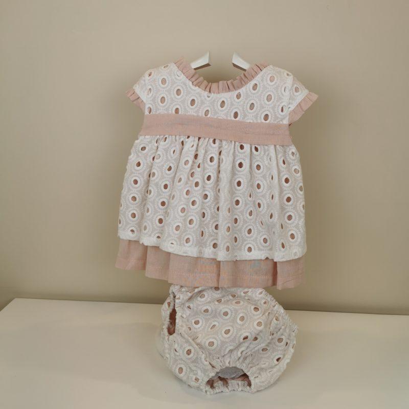 Jesusito rosa empolvado Valentina Bebés. Combina rosa empolvado y tela perforada en blanco, detalle de lazo en la espalda y ranita a juego.