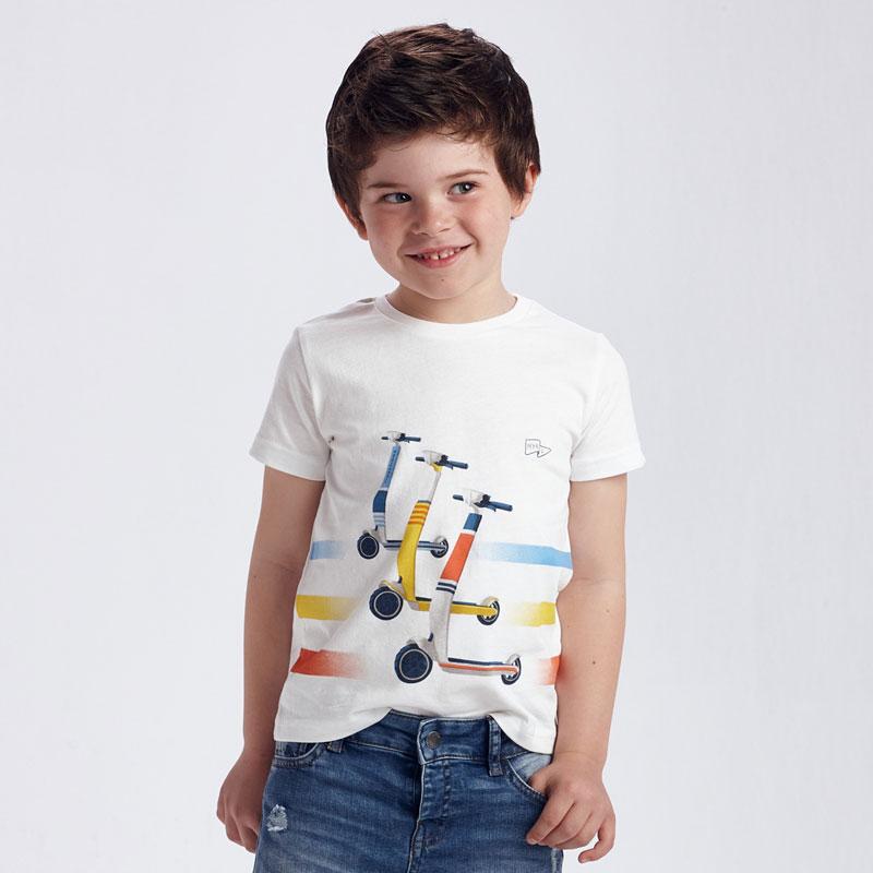 Camiseta manga corta patinetes niño. Manga corta de algodón, con estampación de patinetes, ideal para el día a día.