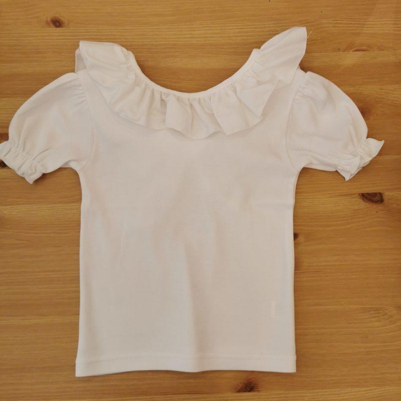 Camiseta Greta blanca con volante farfala kids, espalda abierta rematada con una lazada en tela. Combinala con cualquier look.