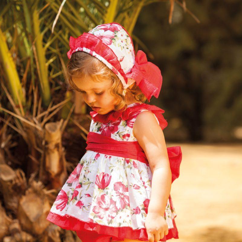 Estampado de flores super alegre, tejido muy fresco. Espalda con volante en rojo, lazada cintura.