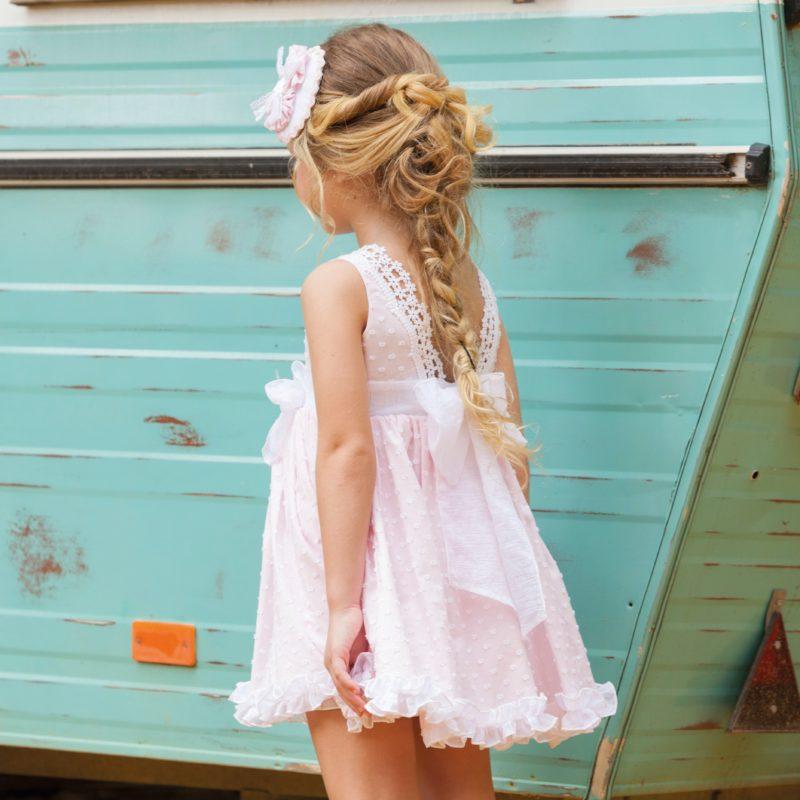 Fondo rosa bebé en plumeti, corte cintura con vuelo, Espalda de puntilla en pico super bonita.