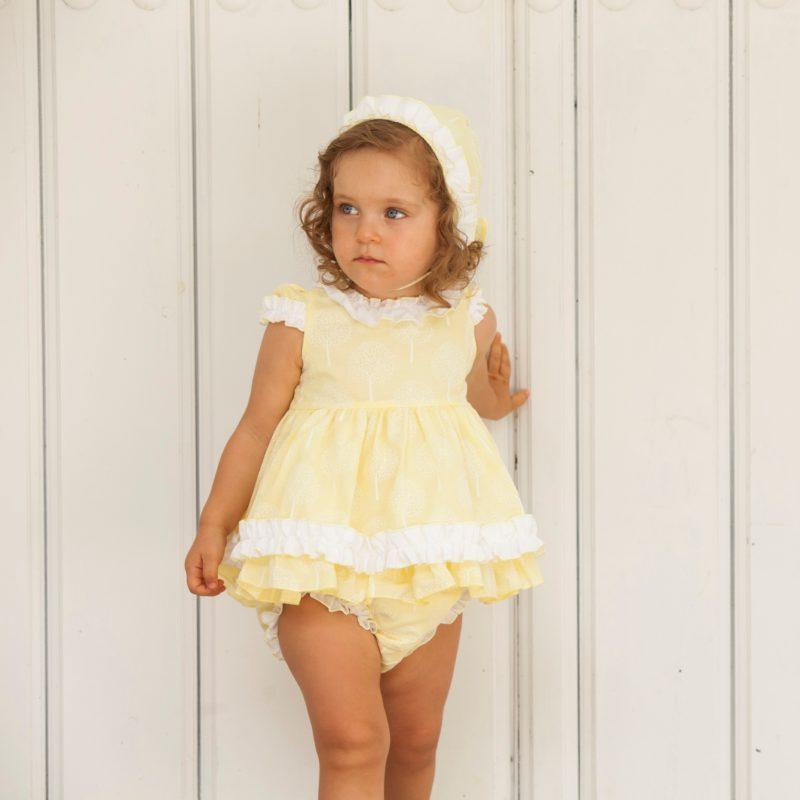 Jesusito 3 piezas amarillo suave bebé niña. Tela en estampado blanco y fondo amarillo. Manga corta, volante en manga y bajo. Muy dulce.