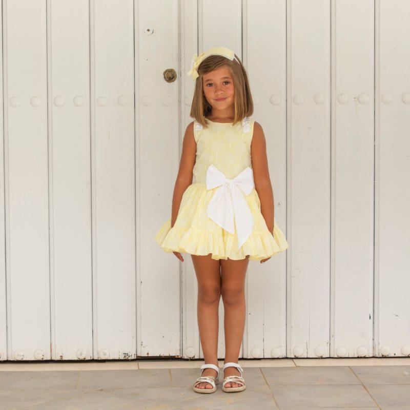 Vestido estampado amarillo espalda abierta. Precioso estampado con fondo amarillo. Corte bajo, lazada en cintura, espalda con abertura.