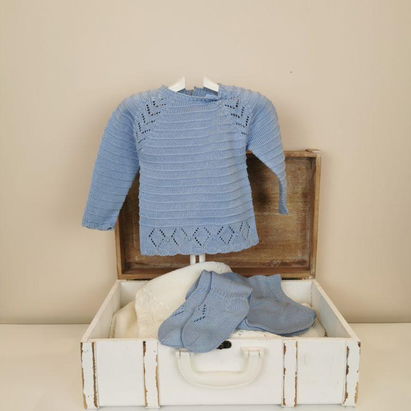Conjunto de jersey tricotado con calados en hombros y bajo. Polaina a juego. Color azul empolvado.