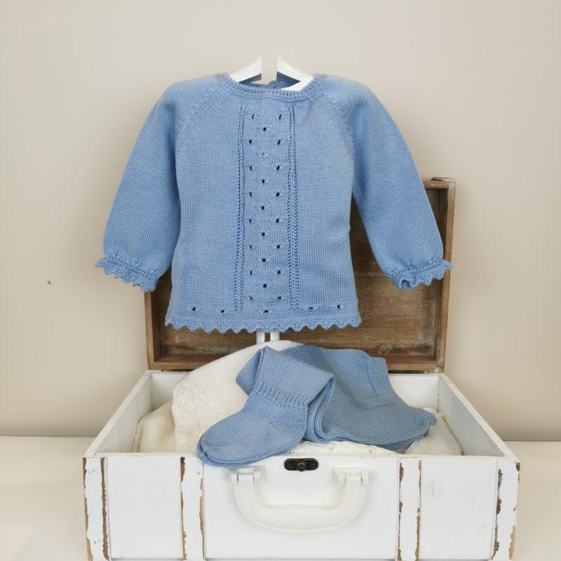 Conjunto tricotado de punto muy suave, no pica, calado central, ondas en bajo y puños. Polaina al tono.
