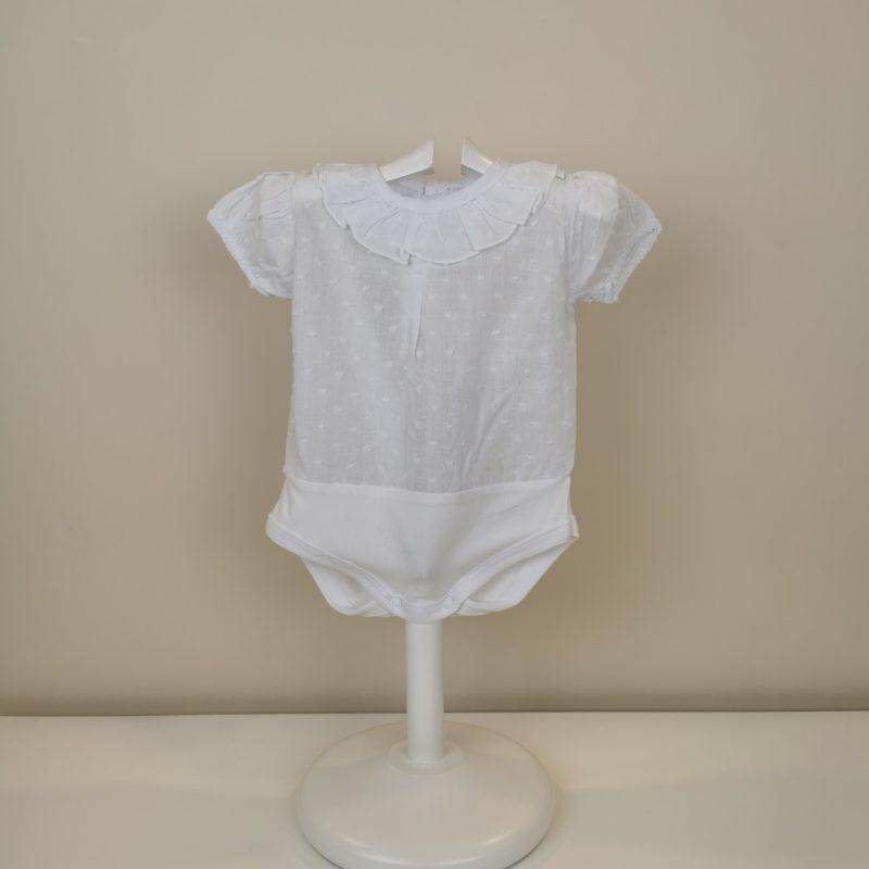 Camisa body plumeti manga corta, cierre con corchetes, volantito cuello, gomita en mangas. Tallas 1 mes a 24 meses.