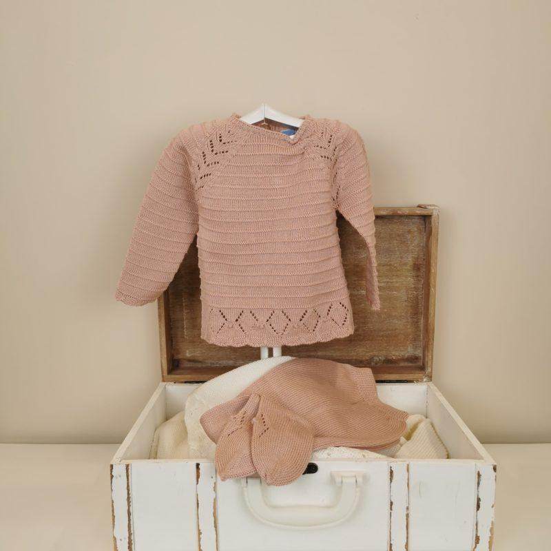Jersey tricotado, con detalles de calado, en hombros y bajo. Polaina al tono. Rosa empolvado. Delicado,comódo para la piel del bebé.