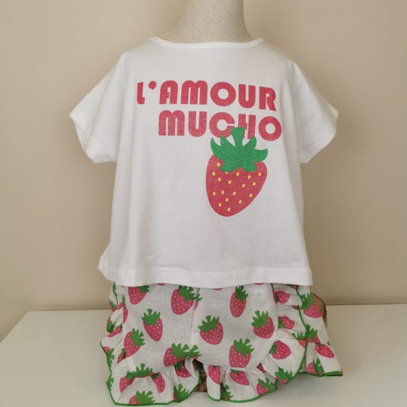 Camiseta blanca fresas con letras y fresa impresa. Short con estampado de fresas,volantito ribeteado en verde